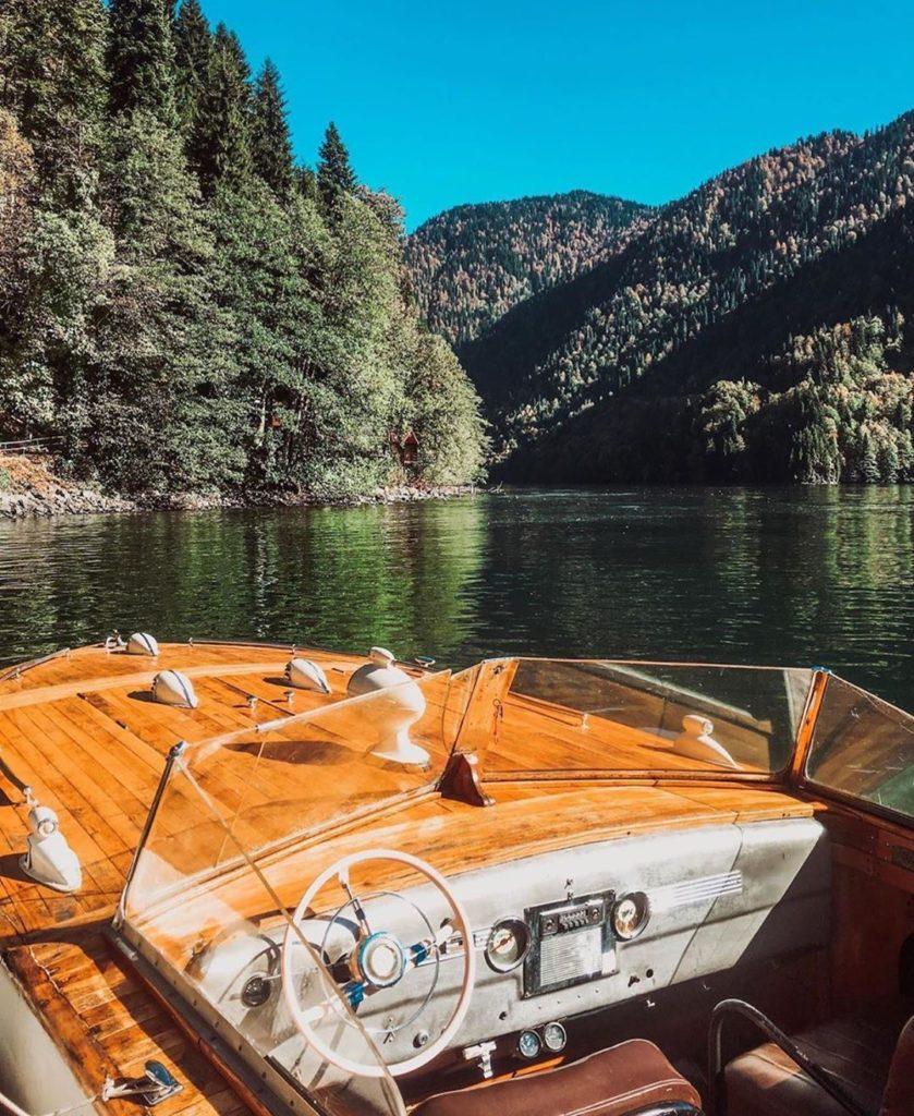 Изоляция на озере Рица